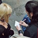 solistul de la Tiarra ofera un autograf