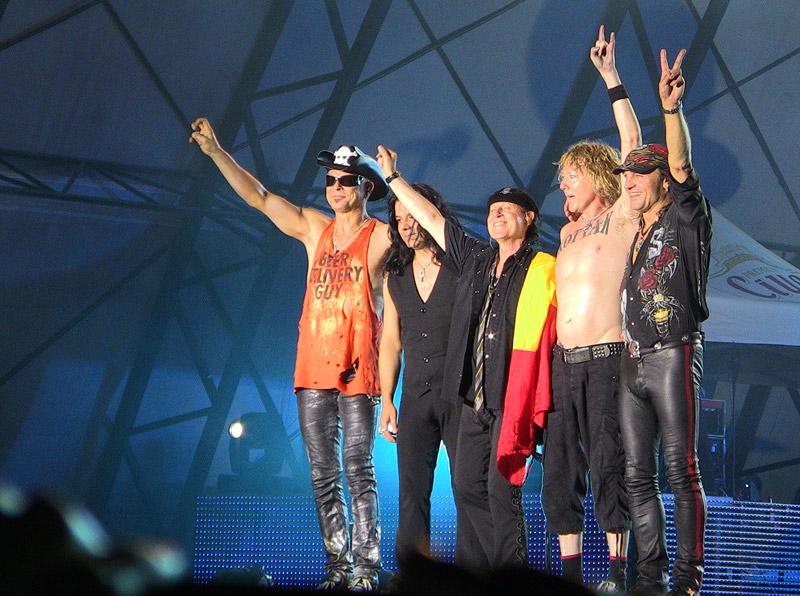Trupa Scorpions salutand publicul la finalul concertului de la Bucuresti de pe 9 iunie 2011