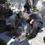 Ray Manzarek si Robby Krieger la mormantul lui Jim Morrison (sursa foto AP)