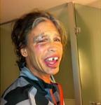 Steven Tyler si-a pierdut doi dinti in accidentul din baie