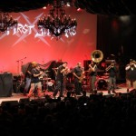 Soul Rebels cu Metallica la Fillmore Theater din San Francisco pe 5 dec 2011 (credit foto: blogs.sfweekly.com)