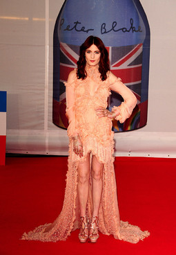 Florence Welch Brit Awards 2012 (sursa foto nme.com)