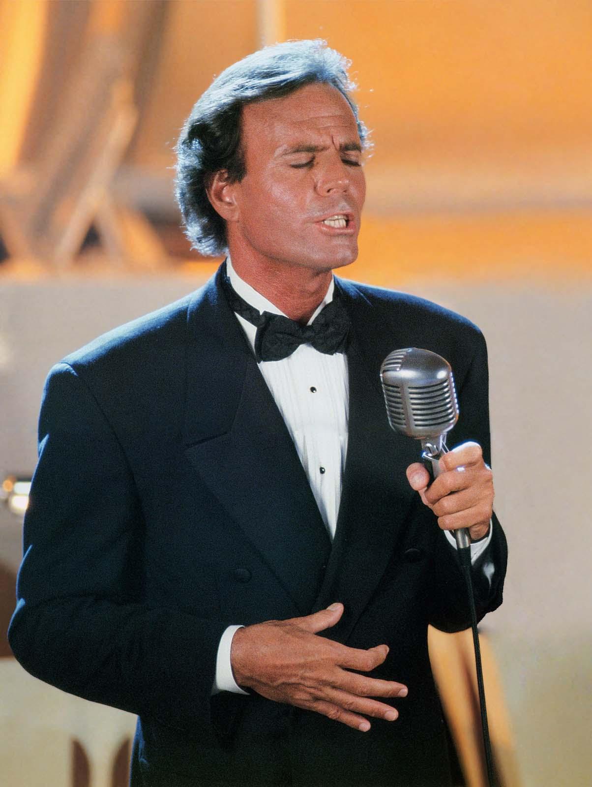 Julio Iglesias concerteaza la Bucuresti in 2012