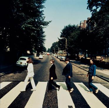 The Beatles - mergând cu spatele pe Abbey Road