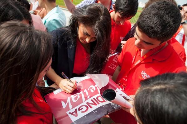 Mandinga dă autografe fanilor din Azerbaidjan