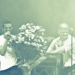 Tudor Chirilă primind un buchet de flori în timpul concertului VAMA de la Sala Palatului 2012