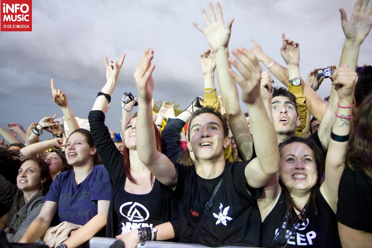 Publicul din față la concertul Linkin Park la Bucuresti
