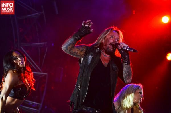 Vince Neil ajutat vocal de două prezențe feminine - OST Fest - Motley Crue