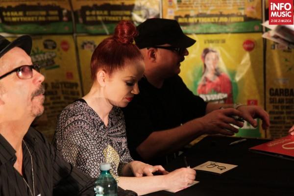Solista Garbage, Shirley Manson oferind autografe la B'Estfest 2012