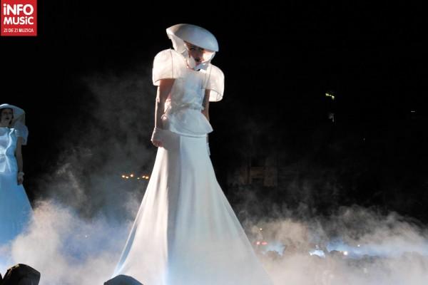 Lady Gaga într-una dintre costumațiile extravagante prezentate la București