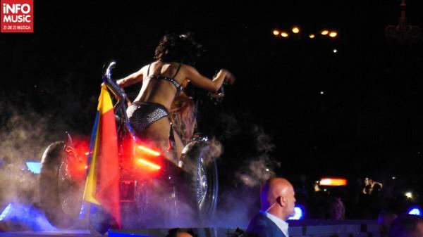 Steagul României atârnat în spatele motocicletei lui Lady Gaga