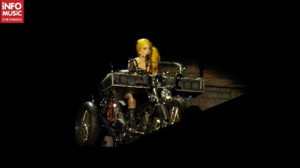 Lady Gaga în interpretarea la clape a noii piese Princess Die