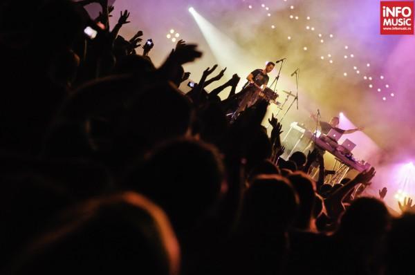 Publicul de la The Mission Dance Weekend în timpul concertului Chicane