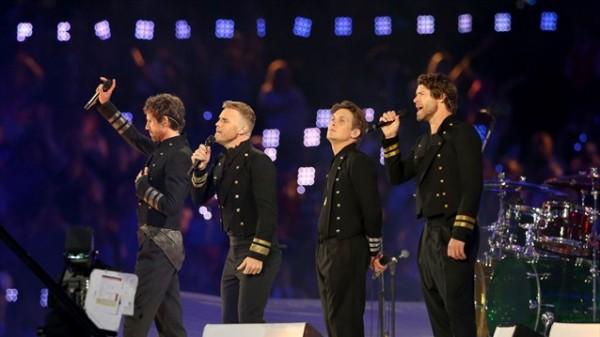Take That (Jason Orange, Gary Barlow, Mark Owen și Howard Donald) la festivitatea de inchidere a Jocurilor Olimpice