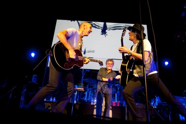Roger Daltrey, Simon Townshend si Frank Simes cantand Tommy in Vancouver