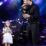 Cristi Enache a oferit un autograf unei fetite ce i-a adus flori in timpul concertului