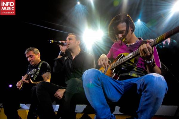Directia 5 cantand alaturi de public la sfarsitul concertului de la Sala Palatului pe 30 octombrie 2012