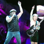 AC/DC live pe Giant Stadium - Brian Johnson si Angus Young
