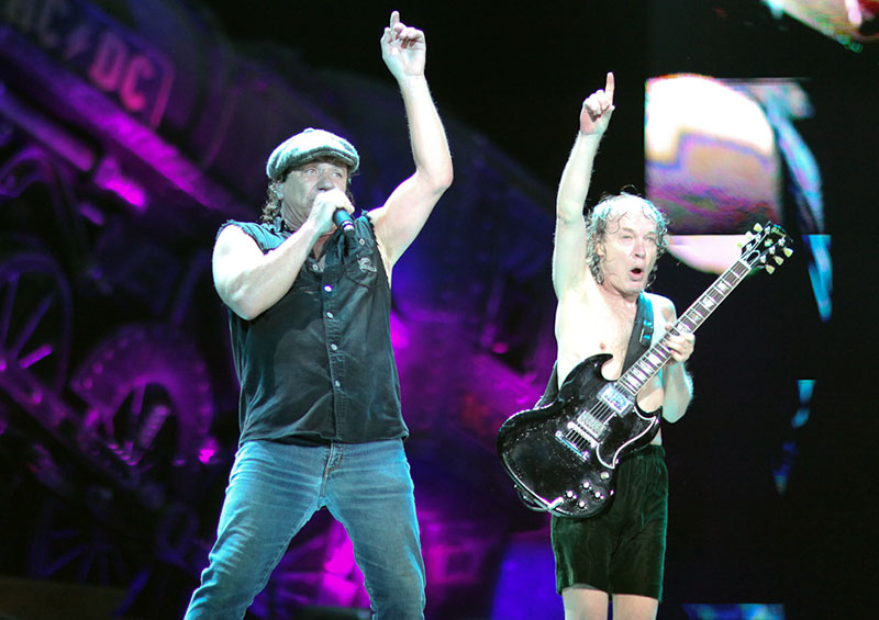 AC/DC live pe Giant Stadium - Brian Johnson si Angus Young