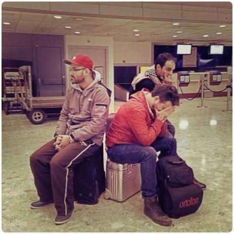 DJ Luciano așteptând în aeroport