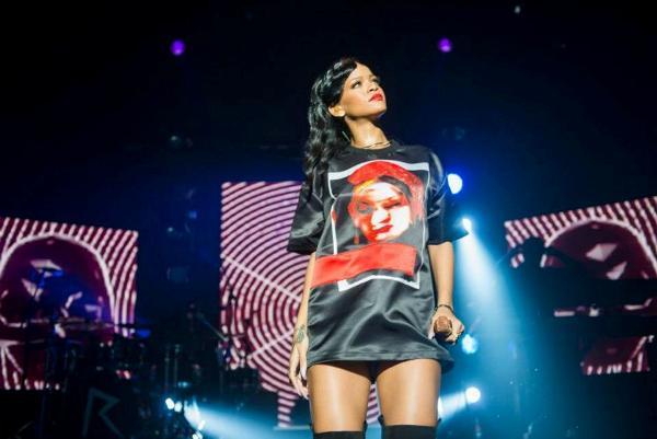 Rihanna în concertul de la Paris, din cadrul turneului 777