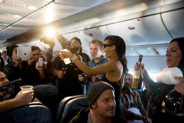 Rihanna face cunoștință cu jurnaliștii și fanii în avionul Boeing 777