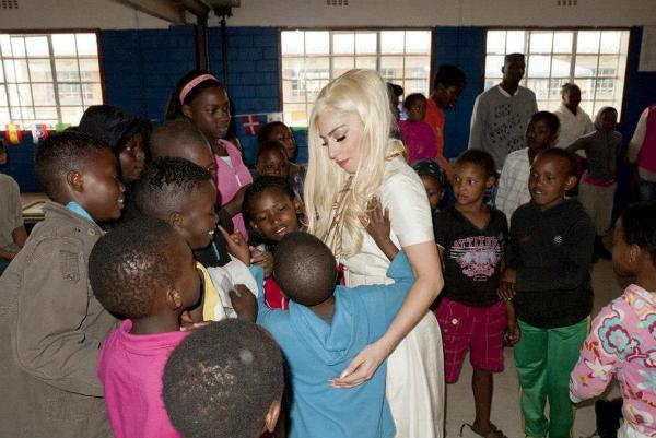 Lady Gaga a vizitat în calitate de ambasador UNICEF, un centru de copii abandonati din Africa de Sud
