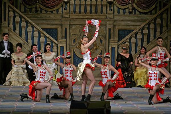 Imagine din spectacolul de operetă Liliacul
