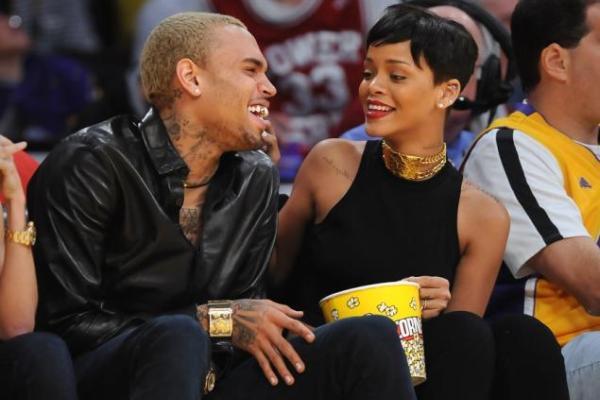 Rihanna și Chris Brown au apărut împreună la un meci de baschet în decembrie 2012