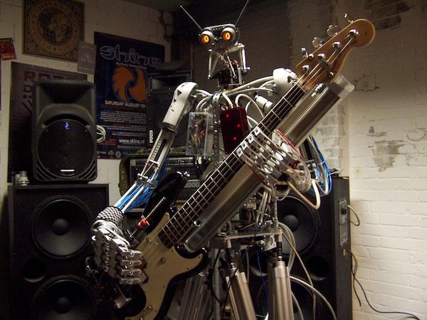 Bones, robotul bassist din Compressorhead