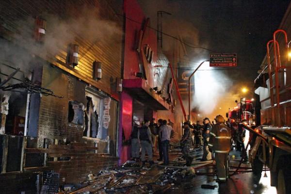 Pompierii au spart pereții clubului ca sa elibereze tinerii