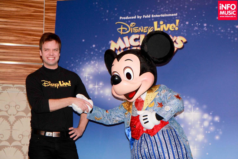 Magicianul Michael Barron și Mickey Mouse