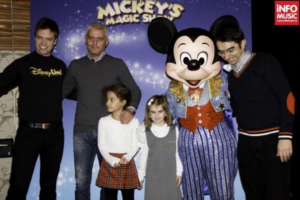 Virgil Iantu și Mihai Găinușă alături de magicianul Michael Barron și Mickey Mouse