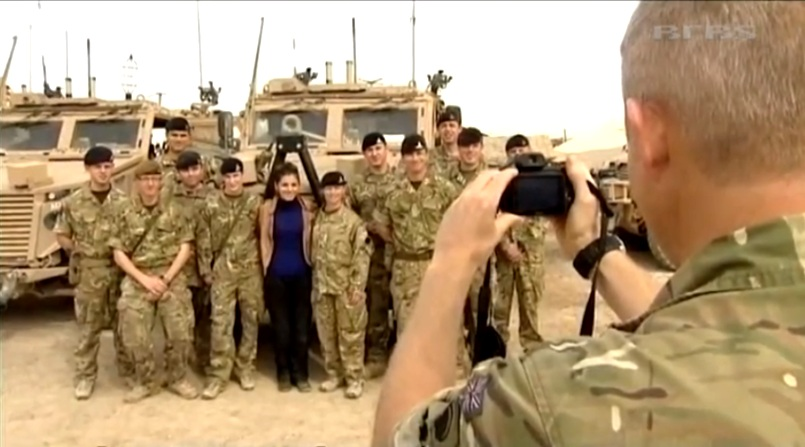 Katie Melua alături de soldații din regimentul 1st Mercian