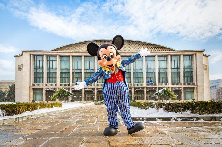 Mickey Mouse în fața Sălii Palatului