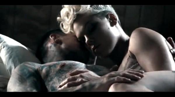 "Secvență clip Pink feat. Nate Reuss - ""Just Give Me A Reason"""
