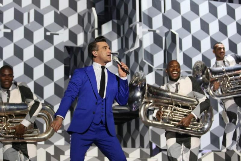 """Robbie Williams cântând piesa """"Candy"""""""