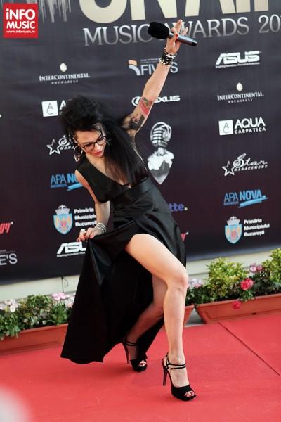 DJ Vanda - Poze pe covorul rosul la On Air Music Awards 2013