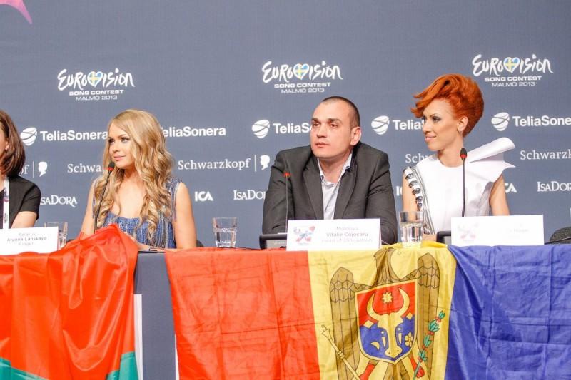 Aliona Moon și Vitalie Cojocaru în timpul conferinței de presă de după prima semifinală Eurovision 2013