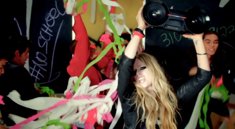 "Secvență clip ""Here's to Never Growing Up"" - Avril Lavigne"