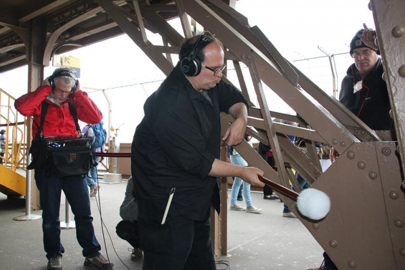 Joseph Bertolozzi și echipa sa înregistrează sunetele generate de Turnul Eiffel
