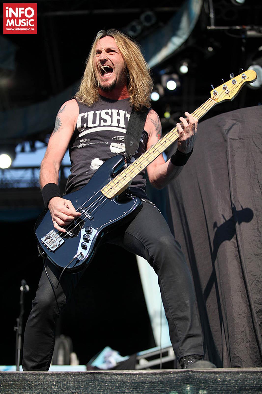 Voodoo Six in deschiderea concertului Iron Maiden din Piata Constitutiei pe 24 iulie 2013