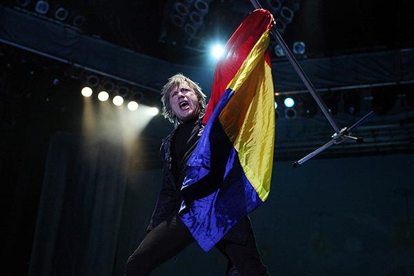 Bruce Dickinson (Iron Maiden) ridicând steagul României în concertul din Piața Constituției pe 24 iulie 2013