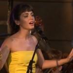 "Katie Melua interpretând ""I Will Be There"" în cadrul ""Coronation Festival"""