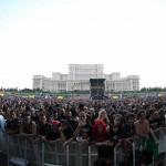 Publicul venit la concertul Iron Maiden în fața Casei Poporului din București