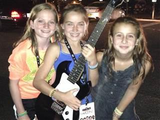 Rachel Long și prietenele sale după concert