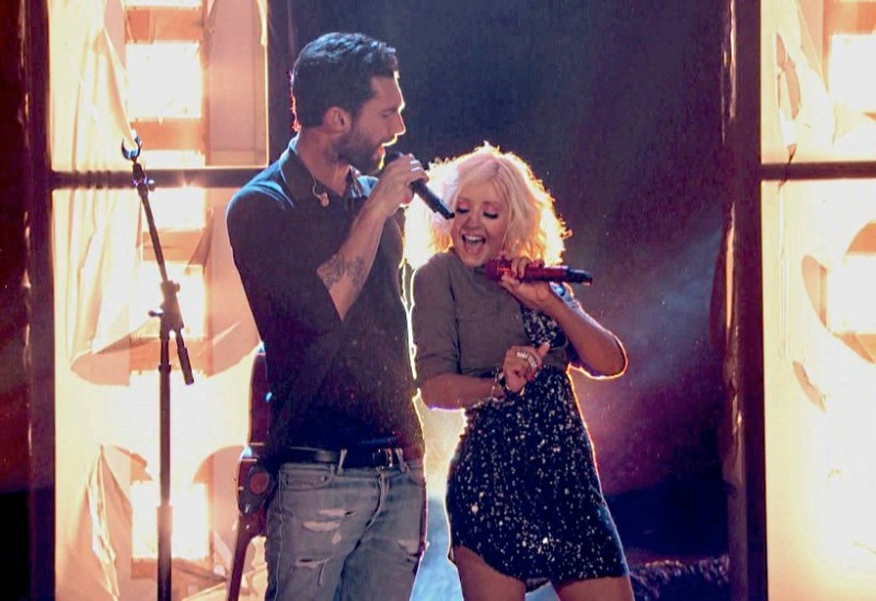Adam Levine și Christina Aguilera cântând