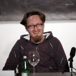 Nicolae Arama, amuzat de un comentariu din public, în timpul conferinței de presă