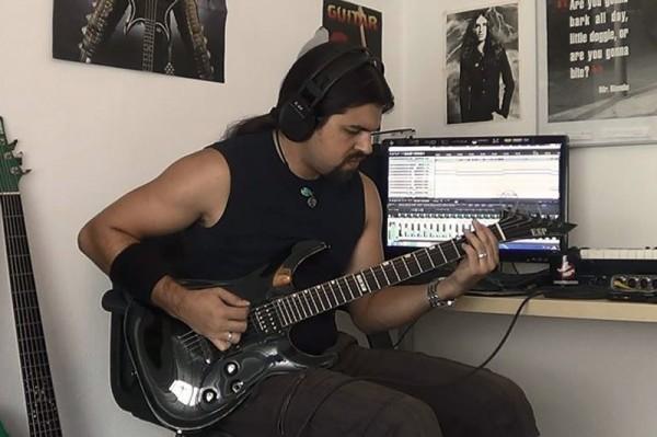 Basistul José Pineda (SPHINX) în trupa SnakeyeS
