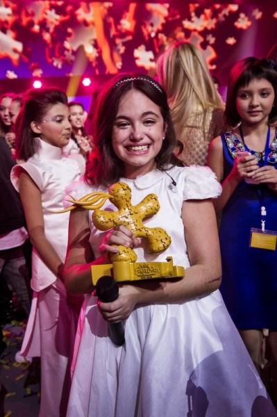 Gaia, concurenta din Malta, câștigând trofeul Junior Eurovision 2013